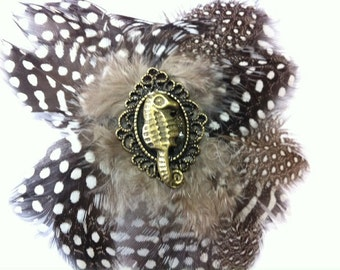 Seehorse feather hair accessories / brooch black / white