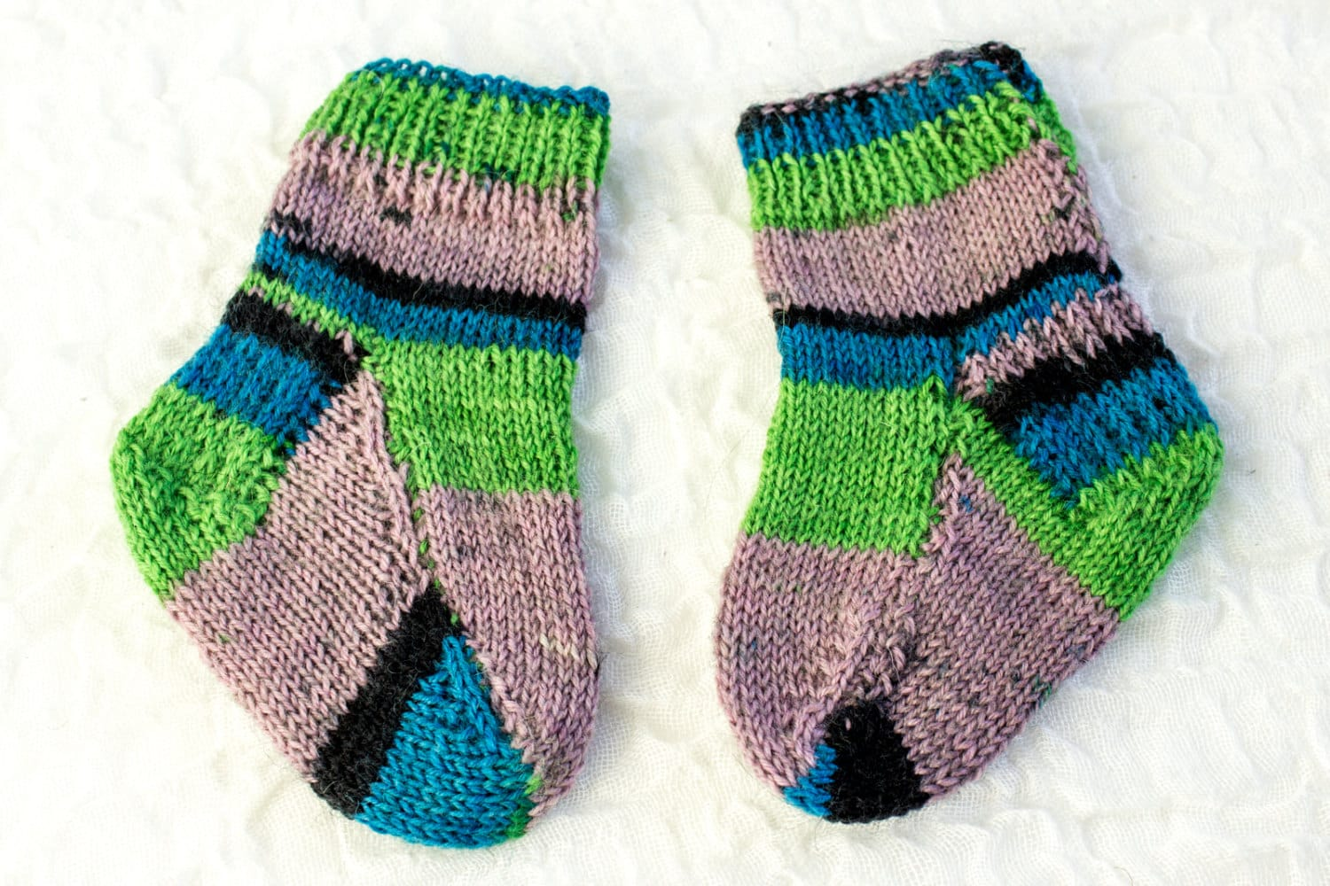 Knitted Slippers Pattern With Two Needles : KNITTING PATTERN Two Needle Baby Socks Flat Sock