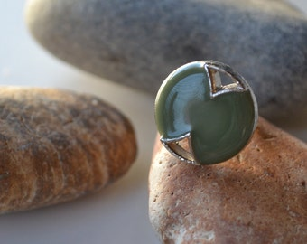 One of a kind! Beautiful vintage large green and silver detail ring