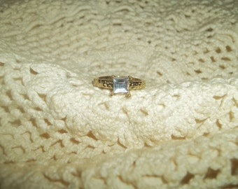 Beautiful Pressed Gold Toned Band Ring With A Sunken Smokey Blue Rhinestone Size 8