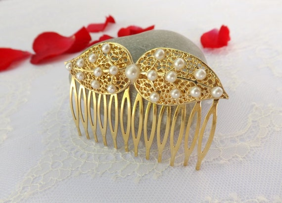 Gold leaf hair comb decorated with ivory pearls. Bridal hair comb.  Wedding hair accessories.