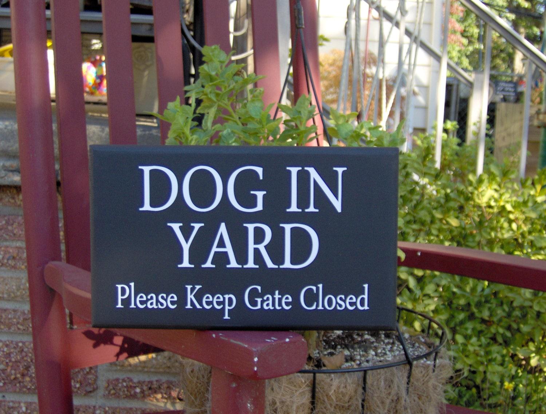 style dog in yard please keep gate closed wood vinyl sign. Black Bedroom Furniture Sets. Home Design Ideas