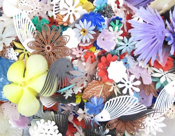 Random Assortment Of Plastic Flower Beads / Charms (40X) (P561)