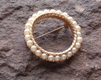 Brooch, Pin, Fashion Pin Vintage Trifari Pearl and Gold Tone Round Brooch