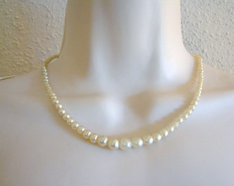 Vintage white graduatedpearl necklace with silver clasp