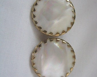Vintage white & gold tone Beauty Buttons clip on clip back earrings by Sarah Coventry