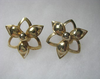 Vintage Demure gold tone open star flower clip on earrings Sarah Coventry