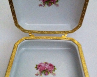 Vintage vanity trinket box .  Resembles limoges.