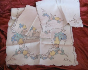 Set of Vintage Linens - 2 Napkins  2 Place Mats and 1 Table Runner