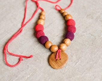 Button Nursing Necklace / Mommy Necklace - red & vine, oak wood
