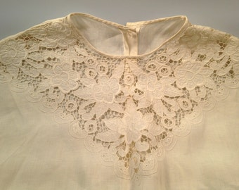 1940s/50s Vintage EMBROIDERED LACE BLOUSE Mother of Pearl Buttons Cap Sleeves Rayon