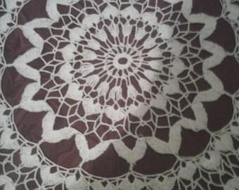 Beautiful round white doily, Zigzag 001