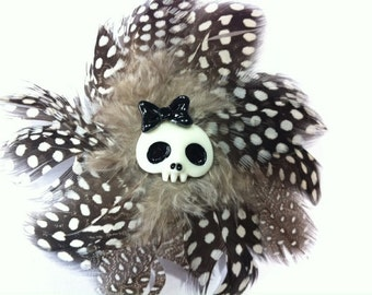 Skull feather hair accessories / brooch black white