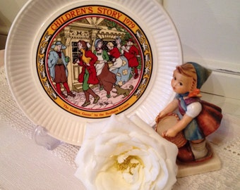 Vintage Wedgwood Grimms Fairytale Plate for 1979. Childrens collectors plate.
