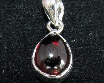sterling silver gemstone pendant with a red pear shaped garnet marked 925 (GP75)
