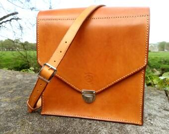 Classic shoulder bag in beautiful full grain leather.