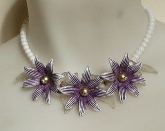 A beautiful vintage retro glass beaded flower necklace