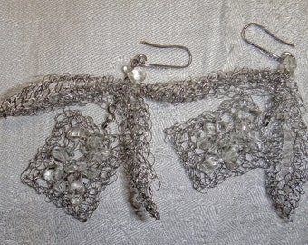 Hand made earrings in steel wire and crystal.