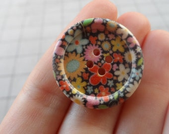 5 Round Wooden buttons with Flowers 30mm