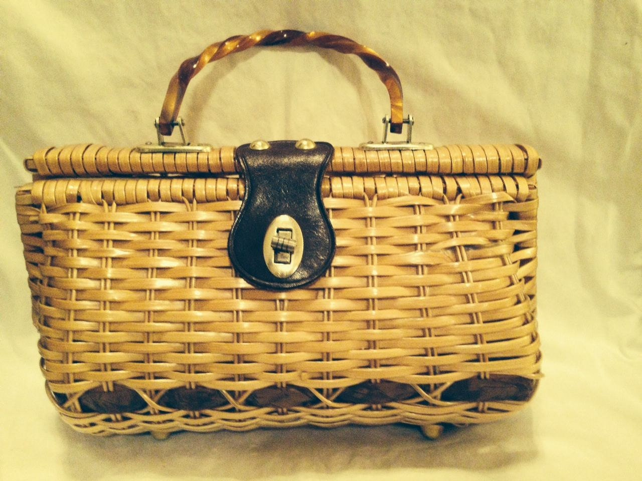 Woven Basket Purse : Basket woven purse with leather clasp