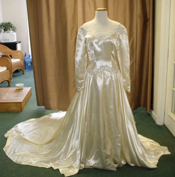 Vintage heavy duchesse satin silk 1944 wedding gown for Satin silk wedding dresses