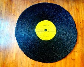 Tapis VYNILE GÉANT, osier peint, noir et jaune, upcycling par SophieLDesign