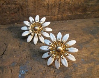 vintage sarah coventry gold-tone white enamel daisy clip earrings