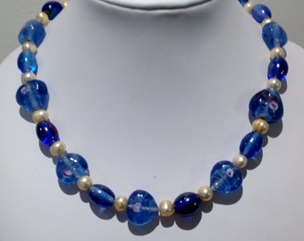 Necklace. 41cm. Glass and fresh water pearls.