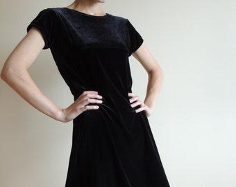 Vintage PERFECTLY DRESSED black velvet /velours mini dress with short sleeves