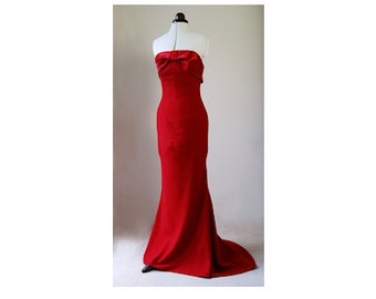 Elegant evening maxi dress. Fishtail silhouette, strapless, satin and crepe evening gown.