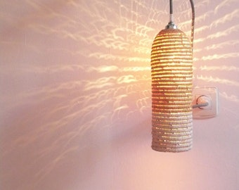 Natural raffia lamp with textile cable, switch and plug - white