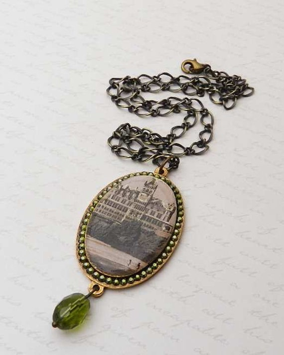 Romantic Vintage Cliff House Resin Pendant with Swarovski Crystal in Brass-plated mounting JF1072