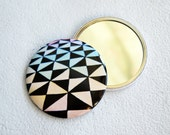 Optical pocket mirror with triangles