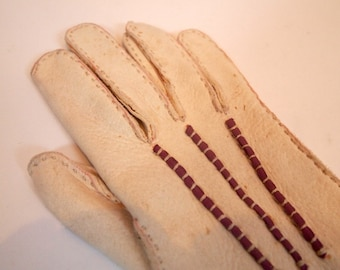 Vintage pair of beautiful handmade 1940s white cream suede leather gauntlet gloves with plum stitching