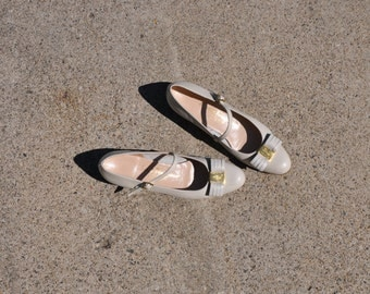 cream Ferragamo pumps / vintage leather mary janes / classic bow shoes 8