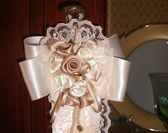 Tassel of roses in satin and lace