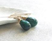 14k or gouttes d'Emeraude: 14 k fil de remplissage de l'or goutte d'émeraude naturelle véritable enveloppé boucles d'oreilles cadeau fait main vert pierres précieuses OOAK