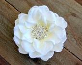 Bridal White Flower Fascinator Wedding Hair Clip Rhinestone Floral Silk Flower Head Piece Brooch Pin Gardenia Flower Headband 0152MD214
