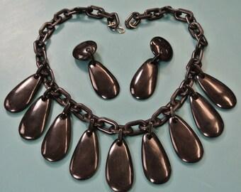 Very unusual necklace choker with 9 dropformed black pendants of genuin tested vintage 1940s bakelite on black plastic chain and earhangings