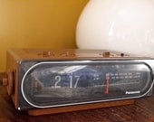 Panasonic RC-6010 flip clock -- with radio -- faux wood -- keeps perfect time