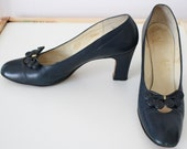 60s Shoes / vintage 1960s Navy Heels Pumps / Barefoot Originals / Size 7.5 AAA