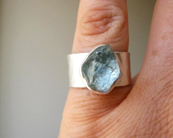 Rough Raw Aquamarine Ring on Wide Hammered band-  in Sterling Silver and fine silver - Handmade by metalmorphoz