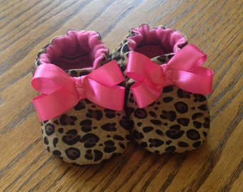 Baby Shoes Girls, Toddler Girl shoes, Girls Crib shoes, baby booties, baby shower gift, leopard print shoes with pink bow