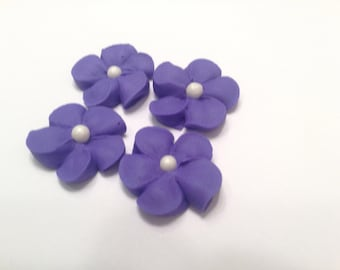 Lot of 100 royal icing flowers with sugal pearl center