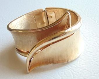 CROWN TRIFARI Clamper BRACELET textured goldtone Mid Century 1950s 1960s