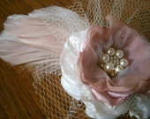 Fascinator in dusty pink and white, Bridal headpiece with feathers, Wedding flower, Hair accessory, Bridesmaids flower clip