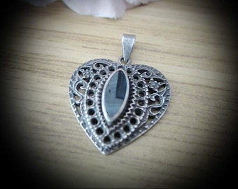 ONYX - 925 Sterling Silver (Stamped) Filigreed Terraced Heart Pendant, Centered by a Smoothly Polished Black Onyx