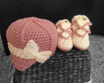 Handmade Baby girl crochet boots and newsboy hat, infant boots, newborn cap, 0-12 months