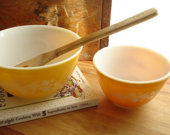 Pyrex Set of 2 Gold Butterfly Pattern Mixing/Serving Bowls