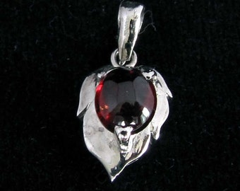sterling silver gemstone pendant with a red oval shaped garnet marked 925 (GP38)